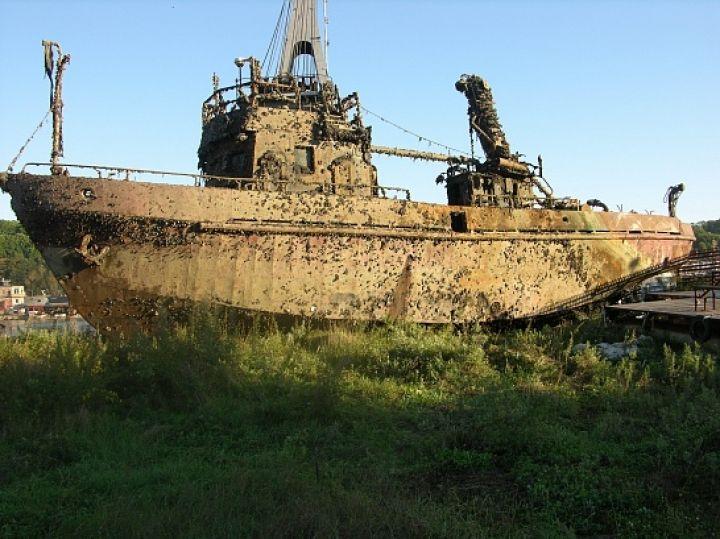 В Приморье со дна моря подняли затонувшее судно