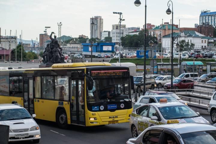 Водители автобусов во Владивостоке продолжают высаживать пассажиров на дороге