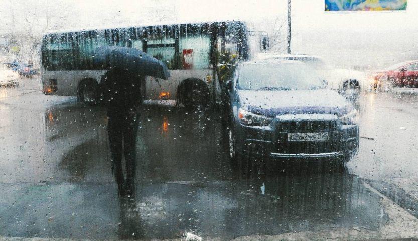 Во Владивостоке машины одна за другой тонут в лужах
