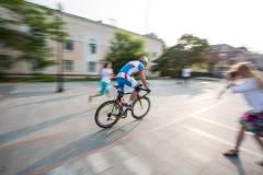 Приморцы от души посмеялись над борьбой велосипедиста со шлагбаумом