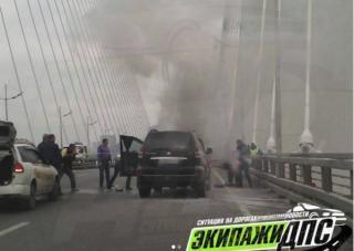 На Золотом мосту во Владивостоке загорелся Land Cruiser Prado