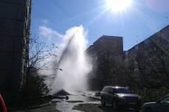 Фонтан горячей воды хлынул около одного из домов во Владивостоке