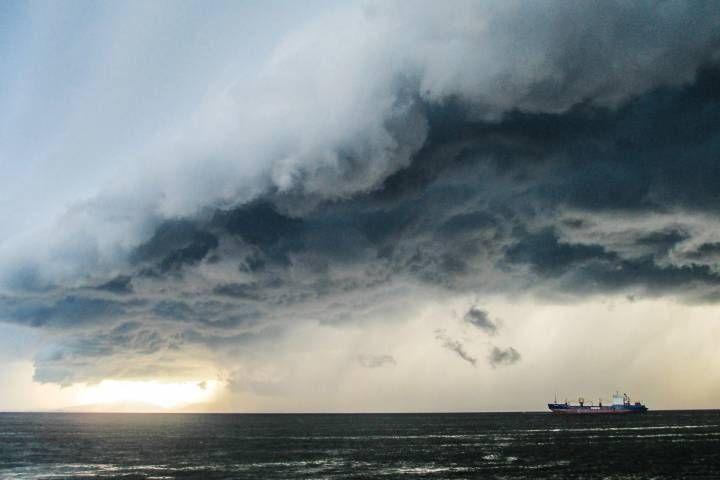 Спасательное судно готовится отбуксировать танкер из Владивостока