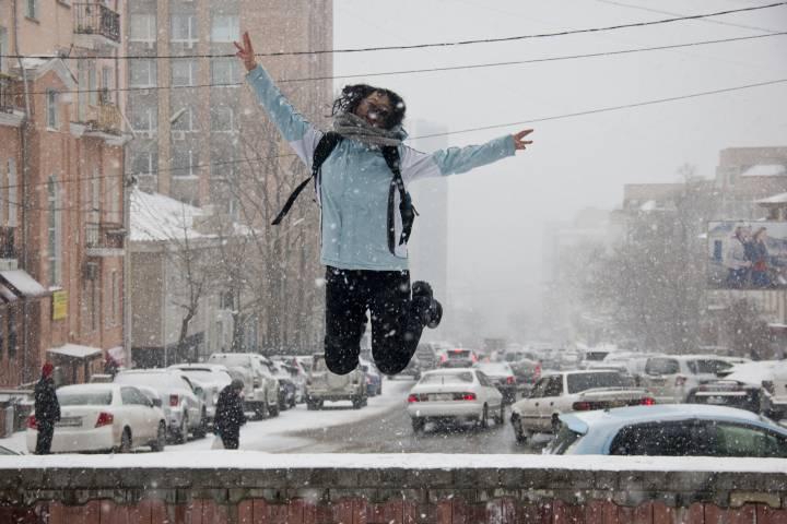 Жители Владивостока радуются выпавшему снегу