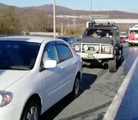 Во Владивостоке на объездной трассе два грузовика устроили массовое ДТП