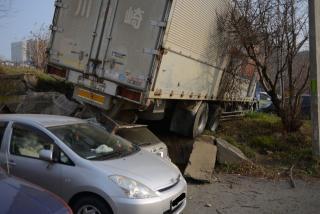 Водитель, чей большегруз «уничтожил» пять автомобилей во Владивостоке, скрылся с места ДТП