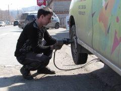 Во Владивостоке автохулиган резал колеса машинам во дворе дома