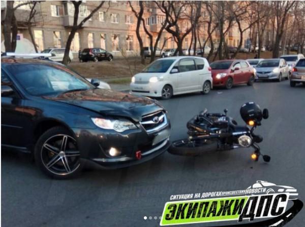 Во Владивостоке произошло ДТП с участием мотоцикла и легковушки