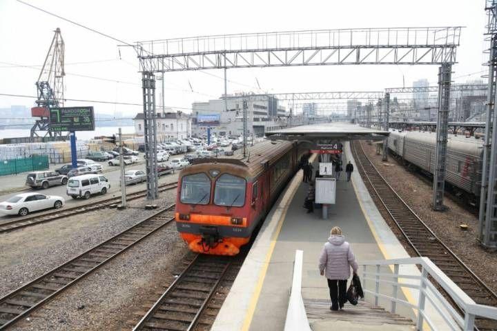 Пассажиры пригородного поездазастряли во Владивостоке