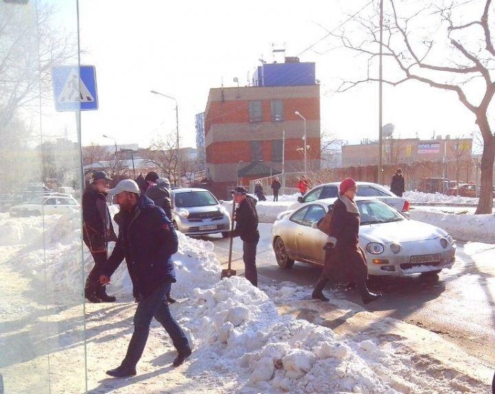 Инициативные жители Владивостока выходят на улицы и сами убирают снег