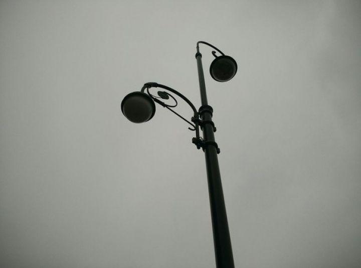 Водитель иномарки снес два фонарных столба в центре Владивостока и сбежал