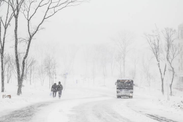В Приморье пассажиры толкали забуксовавший автобус в гору
