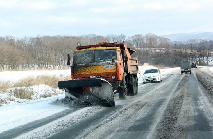 Более 400 единиц техники работает на расчистке дорог в Приморье