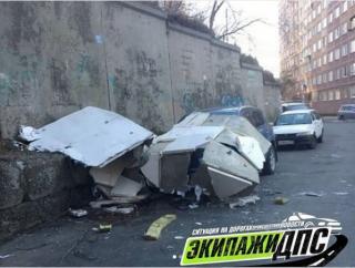 Во Владивостоке обшивка дома упала на машину