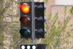 Во Владивостоке джип выкорчевал светофор