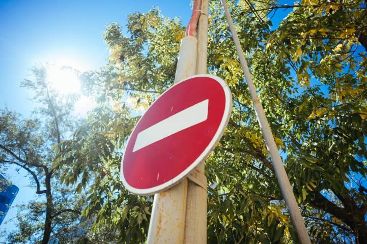 В Приморье дорожные службы устроили настоящую подставу на дороге
