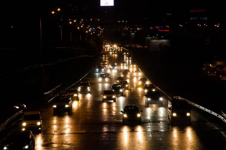 Во Владивостоке на автомобиль упала рекламная конструкция