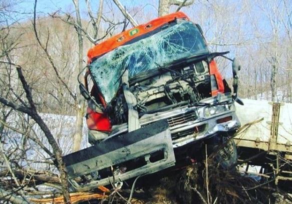 Водитель большегруза пострадал в результате ДТП в Приморье
