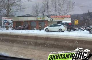 Снег и гололед усугубили обстановку на дорогах Приморья