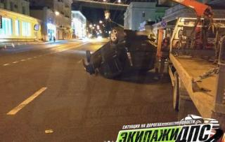 Nissan Cube «переплюнул» Gelandewagen, перевернувшись в центре Владивостока