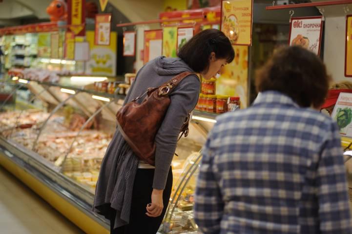 Недовольные жители Владивостока сами очищают супермаркеты от просрочки