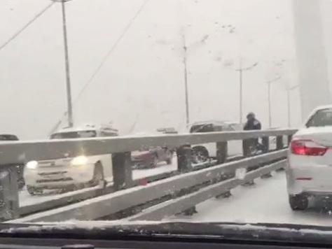 Пешеходы преодолевают Золотой мост самостоятельно