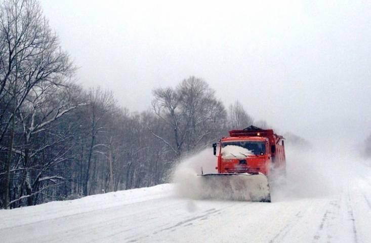 Почти 200 единиц техники очищают дороги Приморья от снега