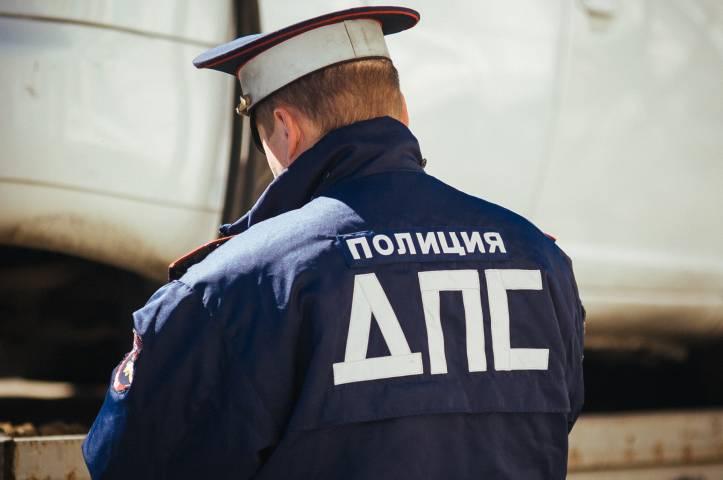 В центре Владивостока груженый КамАЗ врезался в легковушку