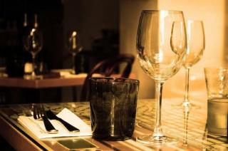 Во Владивостоке молодого человека выкинули из кафе за поцелуй