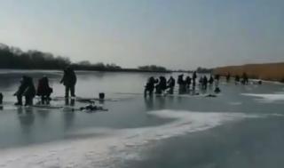 «Как улов?»: фанаты зимней рыбалки массово выходят на лед