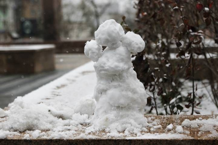 Снежные традиции Владивостока: рабочие вновь укладывают асфальт в снегопад
