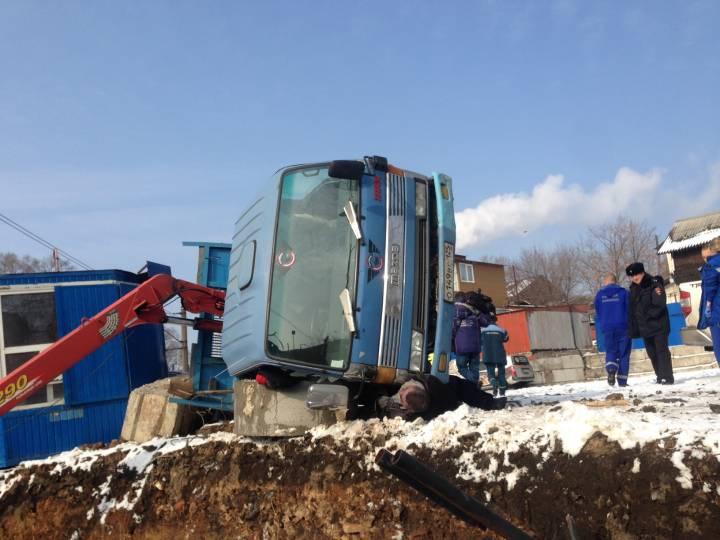 Мужчину придавило спецтехникой в центре Владивостока