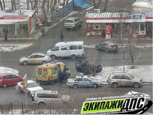 Во Владивостоке перевернулся автомобиль