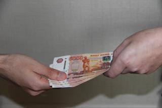 В Приморье мужчина попытался дать полицейскому крупную взятку