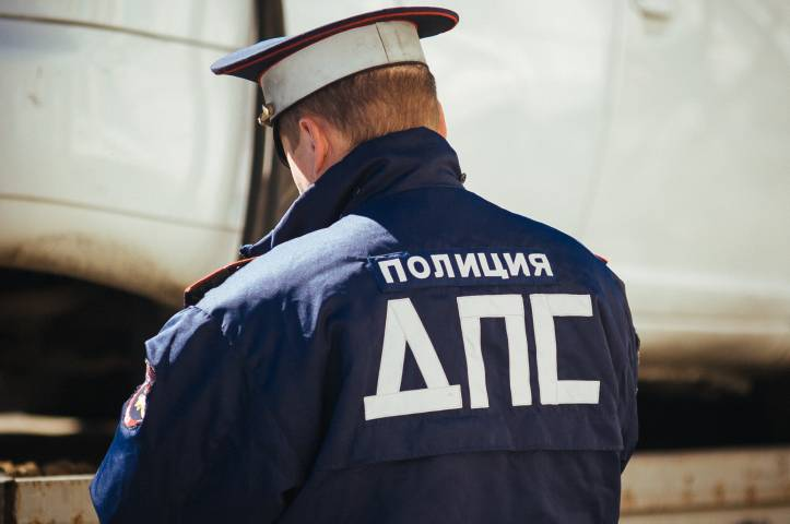 Из-за перепадов температур дороги Владивостока сковал лед