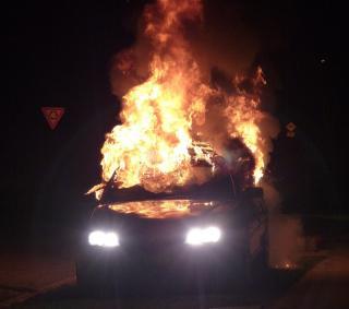 Во Владивостоке преступники подожгли дорогой автомобиль