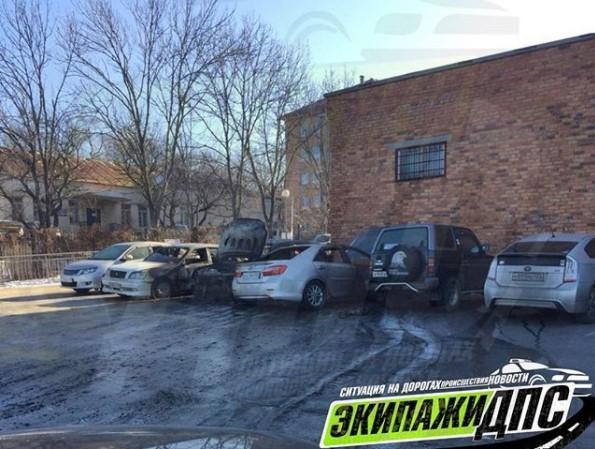 Пять автомобилей сгорело в результате поджога во Владивостоке