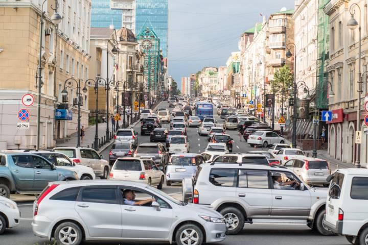 Гололед и выпавший снег привели к массовым авариям во Владивостоке