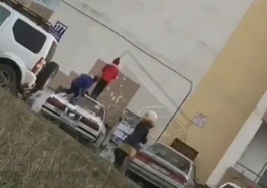 Во Владивостоке дети превратили припаркованный автомобиль в батут