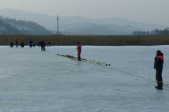 11 приморских рыбаков застряли на тонком льду