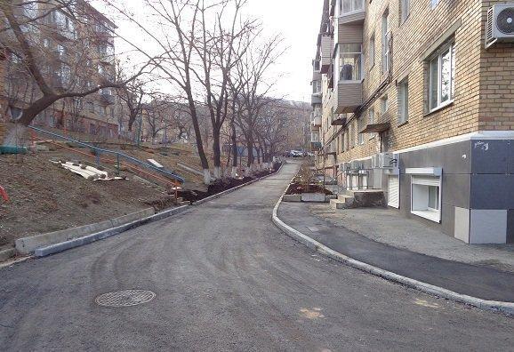 Придомовую территорию в районе Столетия привели в порядок во Владивостоке