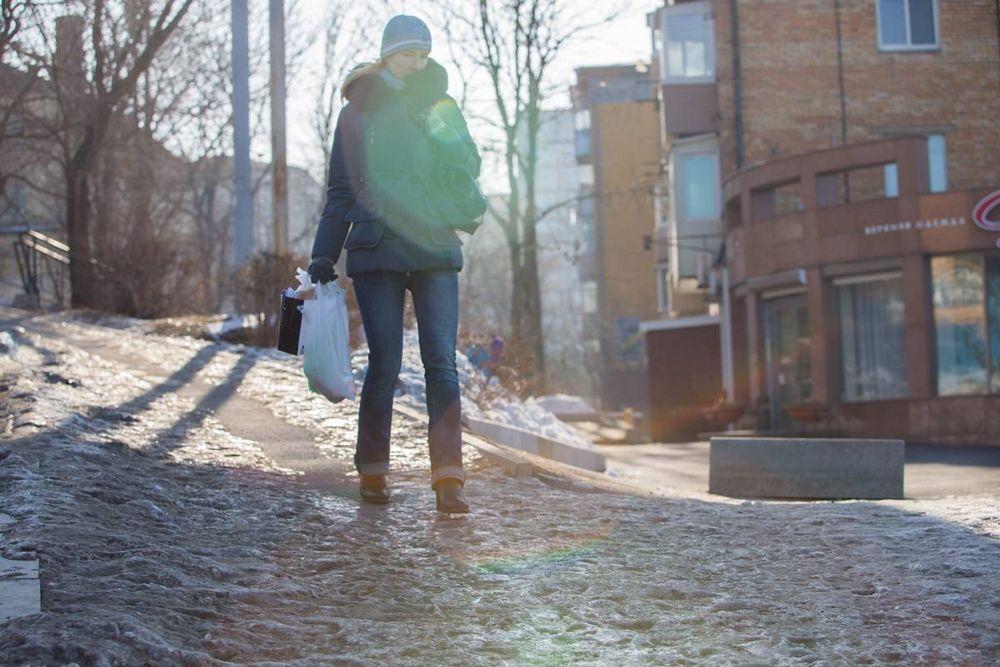 Во Владивостоке люди скользят и падают на обледеневших тротуарах