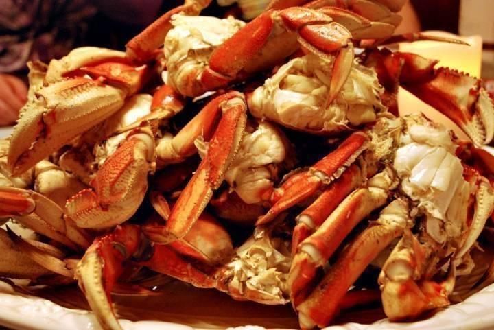 «Его очень много»: вкусный краб массово выбросился на берег в Приморье