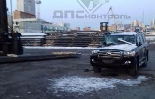 Toyota Land Cruiser и погрузчик не поделили дорогу  в торговом порту Владивостока