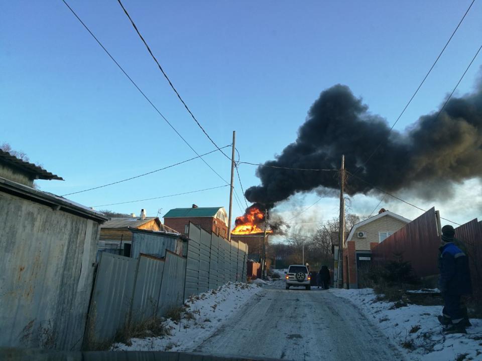 Коттедж загорелся неподалеку от седанкинской развязки во Владивостоке