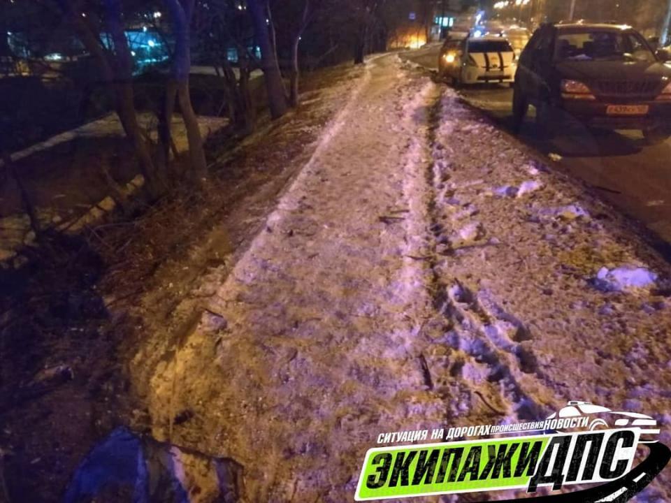 Водителя «раритетного» авто зажало железом после ДТП во Владивостоке