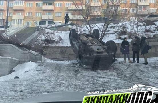 Во Владивостоке автоледи не справилась с управлением и отправила свой автомобиль в кювет