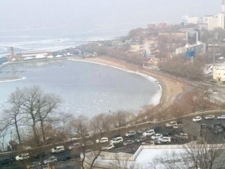 Бесстрашные жители Владивостока продолжают гулять по неокрепшему льду