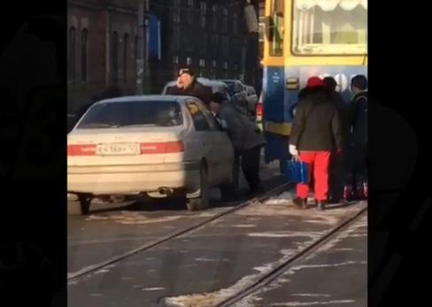 «Мастер парковки» разгневал пассажиров трамвая во Владивостоке