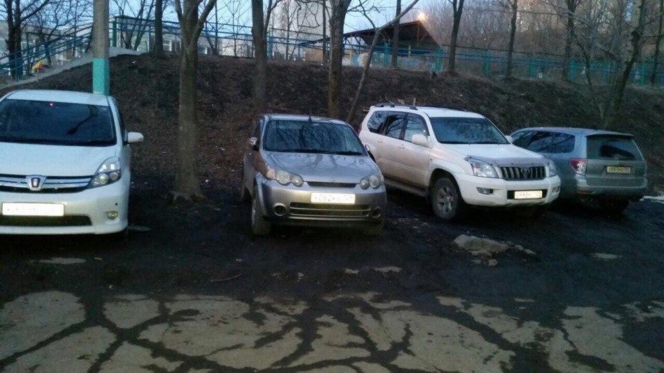 Родители против водителей: территория школы во Владивостоке превратилась в парковку